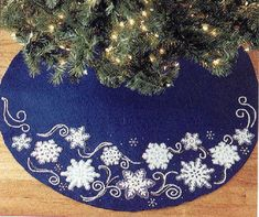 Snowflake Tree Skirt - I would make with felt and crocheted snowflake appliques. Xmas Tree Skirts, Diy Christmas Tree Skirt, Christmas Tree Skirts Patterns, Crochet Christmas Trees, Small Christmas Trees, Christmas Applique, Christmas Sewing, Christmas Snowflakes, Felt Christmas