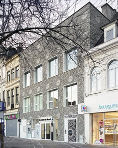 Sponsored by a property developer, the Filigrane is the renovation of a building inthe Grand Place of Tourcoing as a bank and eight housing units. The bank occupiesthe ground floor and the first floor façade, with the eight...