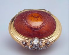 Snuffbox. 1rst half of the 18thc. Dresden. Germany. Amber, gold, silver and uncut diamonds. Carved; Chased. The hermitage Museum