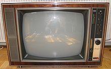 Der sowjetische Farbfernseher Raduga oder Rubin. Reines SECAM-Gerät (konnte aber mit Pal nachgerüstet werden) Das Gerät war, im Gegensatz zu den volltransistorisierten DDR-Farbfernsehern, mit Röhren bestückt. Gelegendlich brannte auch mal einer ab. Ab Anfang der 80er Jahre war der RFT-Reperaturdienst daher angwiesen diese Geräte nicht mehr zu reparieren und Behörden wurden angewiesen diese Geräte aus ihren Dienstobjekten zu entfernen. Als das Gerät in den Handel kam kostet er ca 3500…