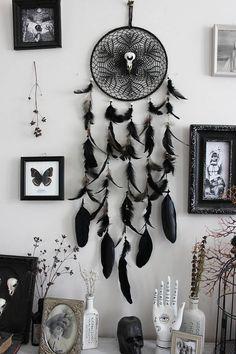Salem . attrape-rêves plume noir véritable crâne de corbeau, lune Swarovski et broderie vintage, plume décoration pagan sorcellerie magie .