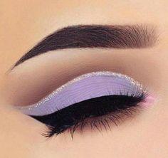 Sombra lila mate con delineado plata con gliter