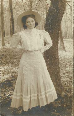 A beautiful Edwardian lady-1910s... (by the way, she really looks like Jessica Biel)