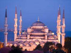 Istanbul, Turquia: localizada entre Europa e Ásia, a cidade tem comunidades Cristãs e Judaicas, por isso o local tem mais de 2 mil mesquitas, 100 igrejas e 20 sinagogas com arquitetura de influência romana, bizantina, latina e otomana. Vale o passeio para Hagia Sophia, Mesquita Azul e Coluna de Constantino  Foto: Getty Images