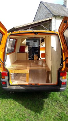 In the present day, Aubin and Hélène are on the keyboard to speak about their fitted van: a Volkswagen transporter from 1998 :] Auto Camping, Truck Camping, Camping Life, Mini Camper, Bus Camper, Vw T5, Motorhome, Astuces Camping-car, Kangoo Camper