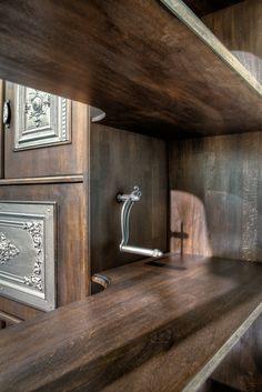 Wohnzimmerschrank. Detailaufnahmen eines Mechanismuses.