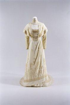 Dress worn by Empress Dowager Akinori, 1900's From the Bunka Gakuen Costume Museum