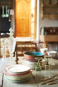 Atmosfere barocche, piatti spaiati, vetrerie sottili e colorate...  / Table /