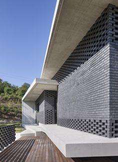 Brick detail ideas House in Gyopyeong-Ri / Studio Origin Design Exterior, Brick Design, Facade Design, Brick Architecture, Residential Architecture, Architecture Details, Building Facade, Building Design, Brick Projects