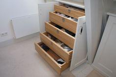 zolderkamer slaapkamer   Handige manier voor lades in een kast Door esti Loft Room, Attic Storage, Walk In Closet, Home Hacks, Small Rooms, Modern Interior, Shoe Rack, Home Improvement, Sweet Home