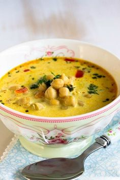 Schnelle,gesunde Kichererbsen Suppe mit Kokosmilch und vielen Gewürzen - Sasibella Quick, healthy chickpea soup with coconut milk and lots of spices. A strengthening soup for the immune system with turmeric, ginger, curry and cumin. Easy Corn Chowder, Coconut Milk Soup, Coconut Protein, Quick And Easy Soup, Chickpea Soup, Healthy Soup Recipes, Pumpkin Recipes, Soups And Stews, Asian Recipes