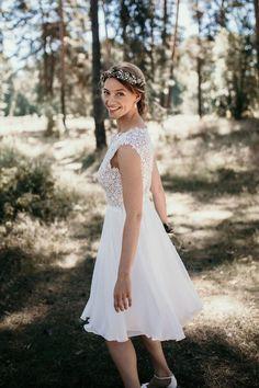 Das perfekte Kleid für das Standesamt - Kurzes Kleid für das Standesamt in Weiß mit leichtem Rock. Kurzes Kleid für das Standesamt in We - Modest Wedding Gowns, Lace Wedding, Etat Civil, Little White Dresses, Beautiful Outfits, The Dress, Short Dresses, Bridesmaid Dresses, Dresses With Sleeves