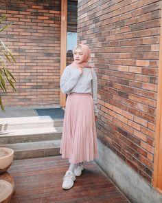Image may contain: 1 person Modern Hijab Fashion, Street Hijab Fashion, Hijab Fashion Inspiration, Muslim Fashion, Skirt Fashion, Fashion Outfits, Style Hijab Simple, Casual Hijab Outfit, Ootd Hijab