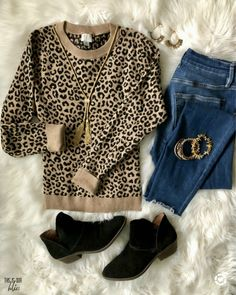 leopard sweater and jeans - simple and stylish thanksgiving outfit ideas - This is our Bliss On the hunt for cute Thanksgiving outfit ideas? See 4 cute Fall looks that can be worn on Thanksgiving Day, as well as date night or girls night out! Leopard Print Outfits, Animal Print Outfits, Leopard Sweater, Leopard Shoes Outfit, Flats Outfit, Cute Fall Outfits, Fall Winter Outfits, Autumn Winter Fashion, Casual Outfits