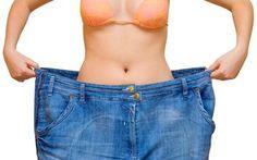 1. Een vrouw die veel is afgevallen. 2. Op deze afbeelding is een vrouw afgebeeld die de strijd tegen haar overtollige kilo s heeft overwonnen. Dit beeld is gecreëerd door de veel te grote broek die ze in haar handen houdt.