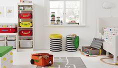 Die FLYTTBAR Serie von IKEA vereint Organisation mit Fantasie. Sie umfasst Boxen, Körbe und Spielzeugkoffer, u. a. FLYTTBAR Korb mit Deckel in Gelb