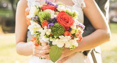 Buquê super colorido da noiva Pryscilla Britto. Lindo! www.yeswedding.com.br/pt/casamentos/amor-em-volta-do-mundo