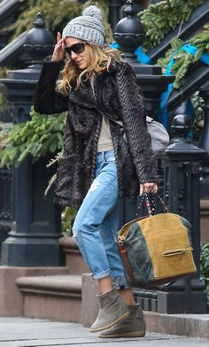 Sarah Jessica Parker wrapping up in fur and woolie hat - we think our PacaPod Firenze bag would work with this combination!