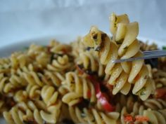 Salata de paste cu rosii uscate si busuioc Paste, Macaroni And Cheese, Pizza, Ethnic Recipes, Food, Mac And Cheese, Meal, Eten, Meals