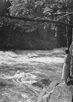 Toini Pelin Mankalan koskien partaalla Iitissä Kyytinen Pekka, kuvaaja 1930–1939