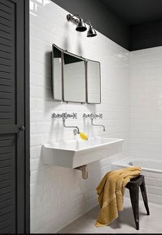 On aime bien le lavabo vintage type école Modern Laundry Rooms, Laundry In Bathroom, White Bathroom, Small Bathroom, Bathroom Closet, Marble Bathrooms, Bathroom Plants, Bad Inspiration, Bathroom Inspiration