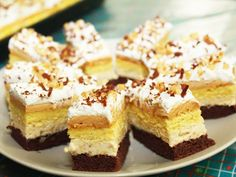 Nanaimo Bars Recipe Desserts with butter, white sugar, unsweetened cocoa powder… Nanaimo Bars, Yummy Treats, Sweet Treats, Yummy Food, Dessert Bars, Food Cakes, Brownie Recipes, Cookie Recipes, Köstliche Desserts