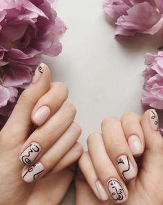 """Vous ne l'avez surement pas loupé si vous suivez les tendances sur Instagram, la manucure """"Picasso"""" ne cesse de gagner du terrain depuis quelques mois ! Stylish Nails, Trendy Nails, Cute Nails, Nail Shapes Square, Square Nails, Minimalist Nails, Nail Art Abstrait, Picasso Nails, Gel Nails"""