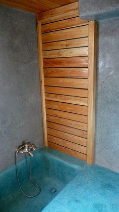 Des panneaux adaptés aux salle de bains en pont de bateaux et tadelakt