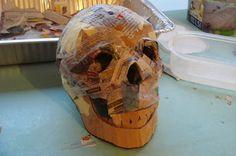 Plastische opvoeding (Y): Het maken van een schedel in papier maché.