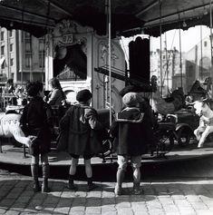 Robert Doisneau - Les enfants du manège , Paris XXème, 1934.