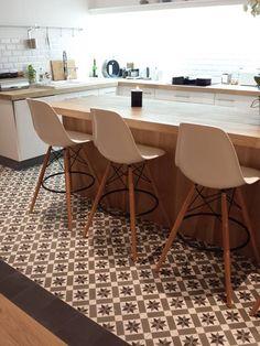 potentially tile floor just for kitchen? i like the large pattern tile Küchen Design, Floor Design, House Design, Interior Design, Vinyl Flooring Kitchen, Kitchen Tiles, Kitchen Worktop, Wooden Kitchen, Kitchen Island