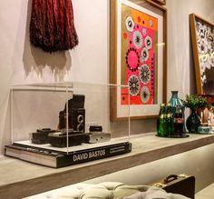Uma ideia para colecionadores reúna suas peças favoritas numa caixa de acrílico expositora. Na foto, coleção de máquinas fotográficas antigas