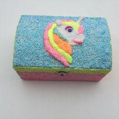 Workshop Foamclay Pimp je eigen sieradendoosje. Tijdens deze workshop kan je jouw eigen sieradendoosje maken met bijvoorbeeld een Foam Clay eenhoorn. Kijk voor meer informatie op www.hippeknutsels.nl