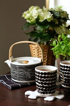 Marimekko - Oiva/Siirtolapuutarha perfect tea pot and mug, monochrome, never dates Marimekko, Kitchenware, Tableware, Stoneware Mugs, Scandinavian Design, Safe Food, Decoration, Dinnerware, Tea Pots