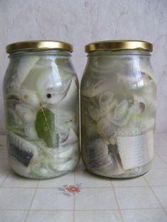 Śledzie w zalewie octowej: W mojej lodówce nigdy nie brakuje słoika ze śledziami. Są idealne jako przekąska.
