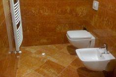 Diagonálna dlažba z ružového mramoru v kúpeľni s obkladom z rovnakého materiálu