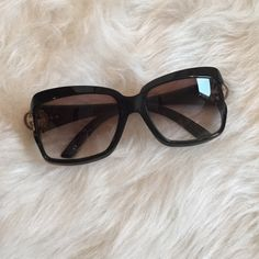 [Gucci] sunglasses Authentic Black Gucci Sunglasses in excellent pre loved condition. Gucci logo in silver on both ends. Style is: GG 2598/S Made in Italy. small scratch on top left side of frame (not noticeable). No scratches on lenses. Accessories Sunglasses