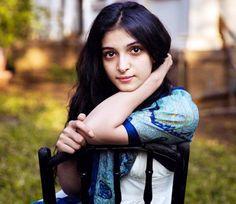 मुंबई में खींची गई यह फोटो गार्डन में बैठी पारसी लड़की की है।