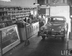 A drive-in liquor store in Los Angeles, California (1949)