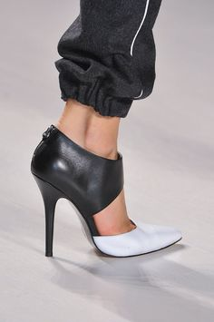 Calling All Shoe Girls!: Within the general fashion sphere, you can typically divide women into those that love bags and those that love shoes.