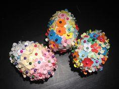 Uova primaverili (uova di polistirolo ricoperte di fiorellini di carta e fermati con spiili) - spring or easter eggs