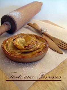 J'en reprendrai bien un bout...: Tarte aux Pommes sur fond de compote, pâte sablée à l'amande