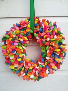 Birthday krans DIY Wreath Crafts, Diy Wreath, Diy Crafts, Wreaths, Balloon Wreath, Do It Yourself Inspiration, Craft Club, Childrens Party, Diy Party