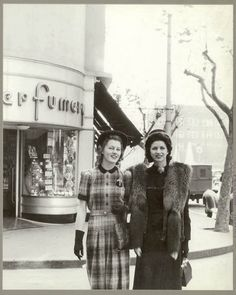 Australian fashion outside Minerva French Perfumery, Kings Cross, Sydney, July 1941 / Russell Roberts