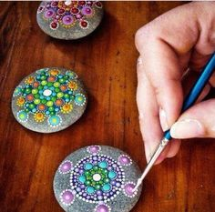 Mandalas en piedras This looks like so much fun..relaxing too. :)