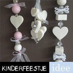 Zeepketting maken Creating a soap chain yourself is easy! Requirements: soap bars, small cookie cutters or small shapes, water, ribbon and beads or … Soap On A Rope, Savon Soap, Diy Cadeau, Soap Packaging, Wooden Hearts, Soap Recipes, Home Made Soap, Handmade Soaps, Soap Making