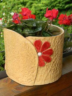 Obal na květináč - #květináč #na #Obal Pottery Handbuilding, Raku Pottery, Slab Pottery, Clay Art Projects, Ceramics Projects, Clay Crafts, Cement Flower Pots, Ceramic Flower Pots, Ceramic Design