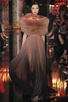 Elie Saab Couture Sonbahar Kış 2014 2015 Defilesi. Renk seçimi ve renk geçişlerine bayıldım.