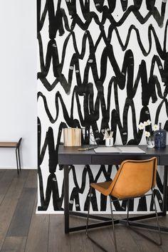 """Papier peint effet coup de pinceau """"Pulse of passion"""", Rebel Walls. Ce papier peint nous fait l'effet d'un gribouillage géant ! Chic car noir et blanc, il apportera cependant une touche très fantaisiste au décor."""