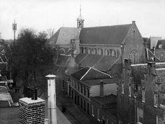 Gezicht op de Pieterskerk (Pieterskerkhof) te Utrecht; op de voorgrond het hoekpand Achter St.-Pieter 14 (nu 140), bijhorend zij/achterhuis aan het Pieterskerkhof en daarnaast Pieterskerkhof 2 (voormalig koetshuis Achter St.-Pieter 18, nu 180). Datering: 1/1/1933-31/12/1933 Vervaardiger: A.C. Thomann - Coll. HUA